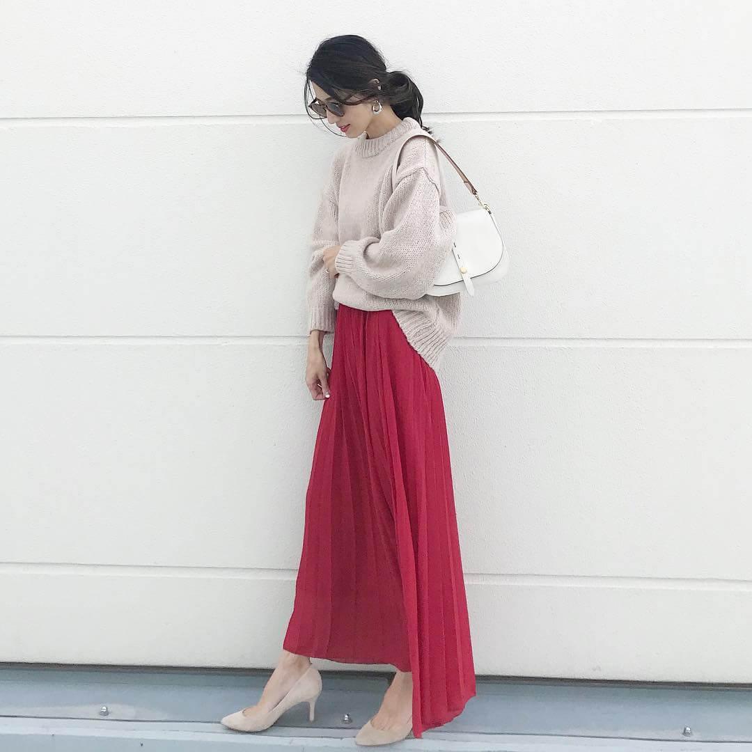 赤フレアスカート×ベージュパンプスのコーデ画像