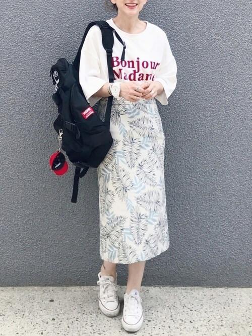 ボタニカル柄ペンシルスカート×ロゴ入りスウェットのコーデ画像