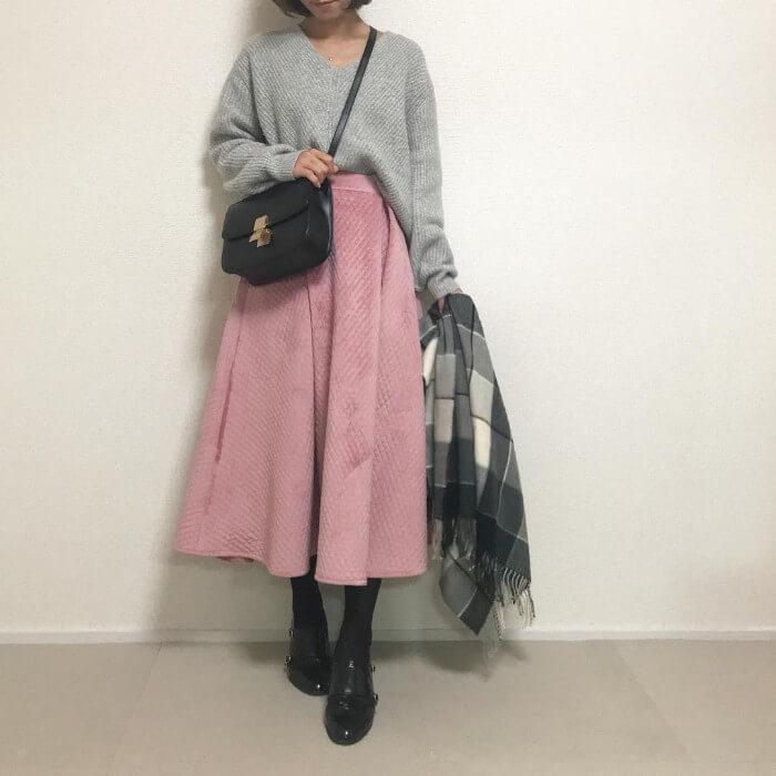 グレーゆるニット×ピンクキルティングロングスカート