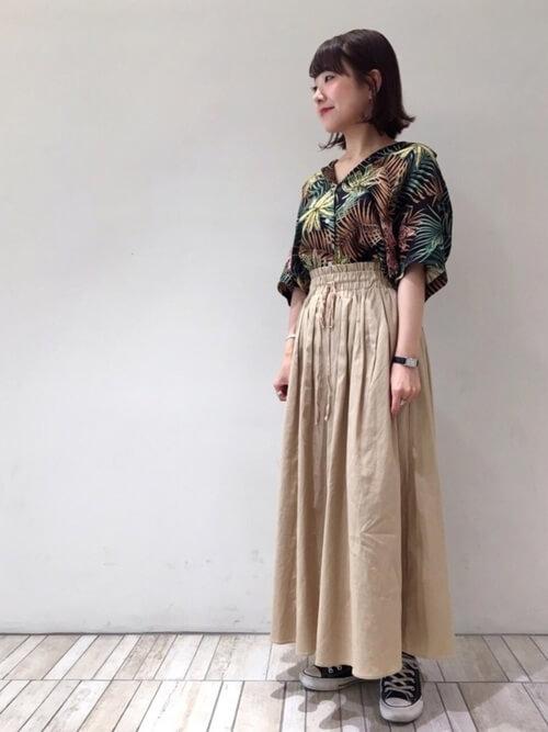 抜き襟したアロハシャツとベージュフレアスカートのコーデ画像