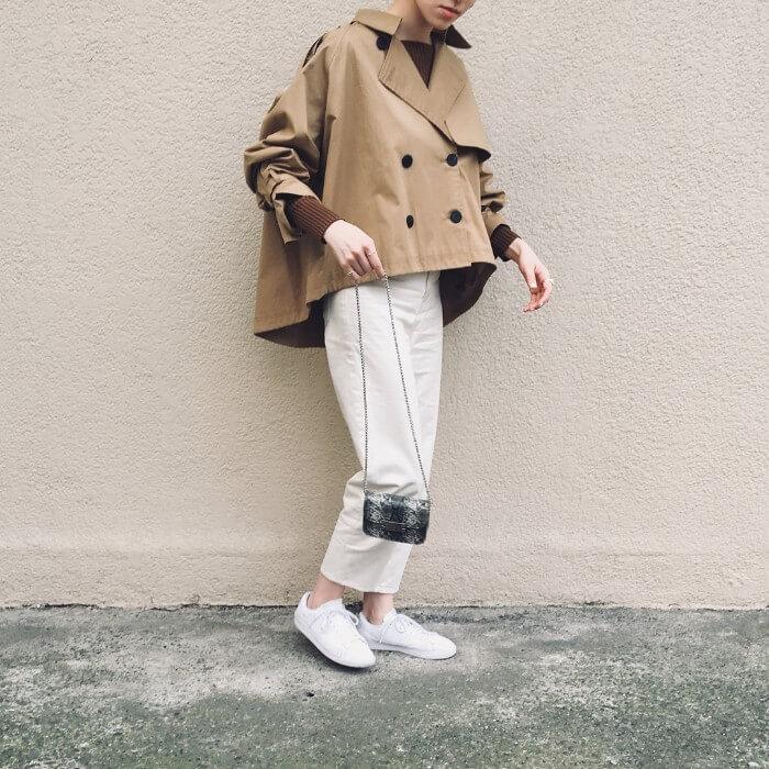 ホワイトジーンズをクロップド丈でスニーカーと合わせた画像