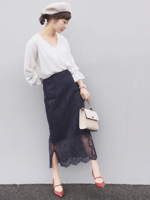 白ドット柄ブラウス×ネイビーレーススカートのコーデ画像