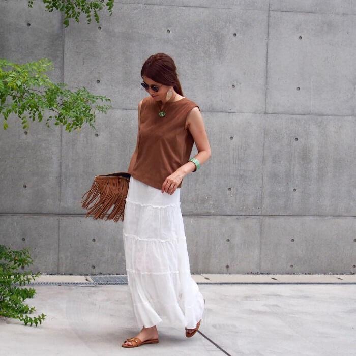 薄口赤みブラウン×白マキシスカートのコーデ画像