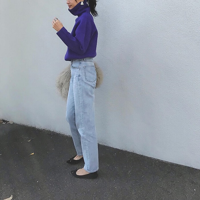 パープル系青ニット×薄色デニムのコーデ画像