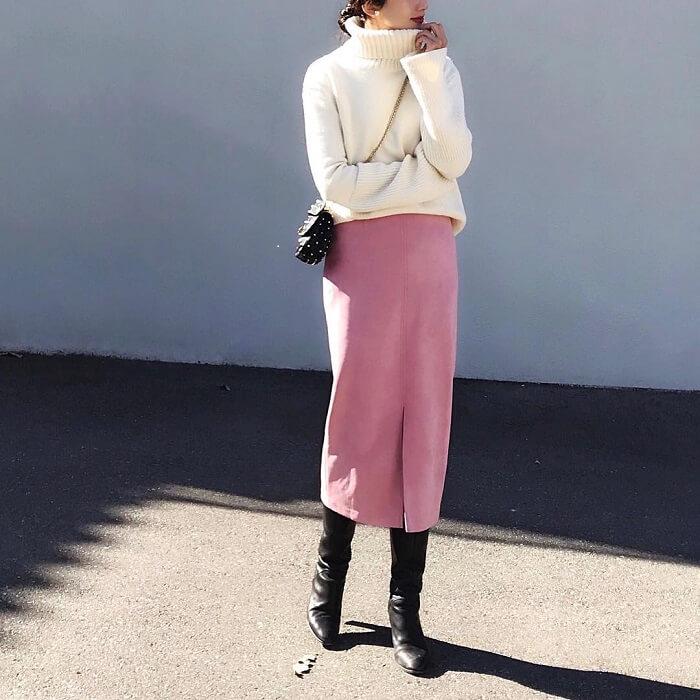 くすみピンク色タイトスカート×白ニットのコーデ画像