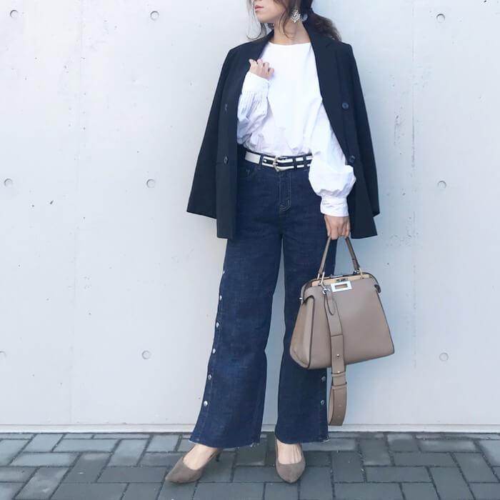 黒ジャケット×白ブラウス×デニムワイドパンツのコーデ画像