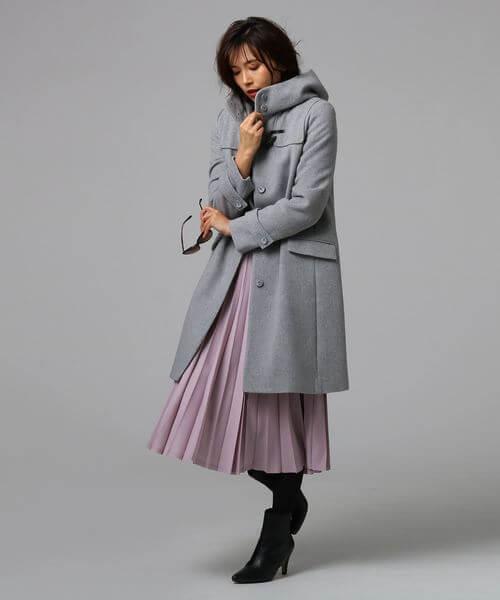 くすみピンクのプリーツスカート×グレーダッフルコートのコーデ画像