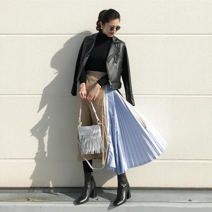 黒ライダース×春素材プリーツスカートのコーデ画像