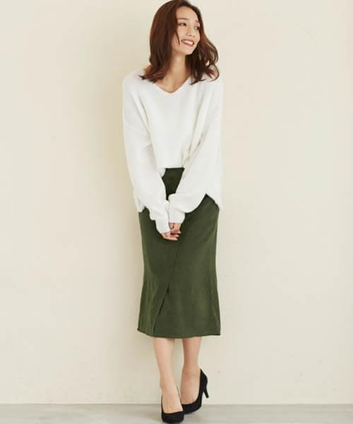 ピーチスキンカーキタイトスカート×ゆる白ニットのコーデ画像