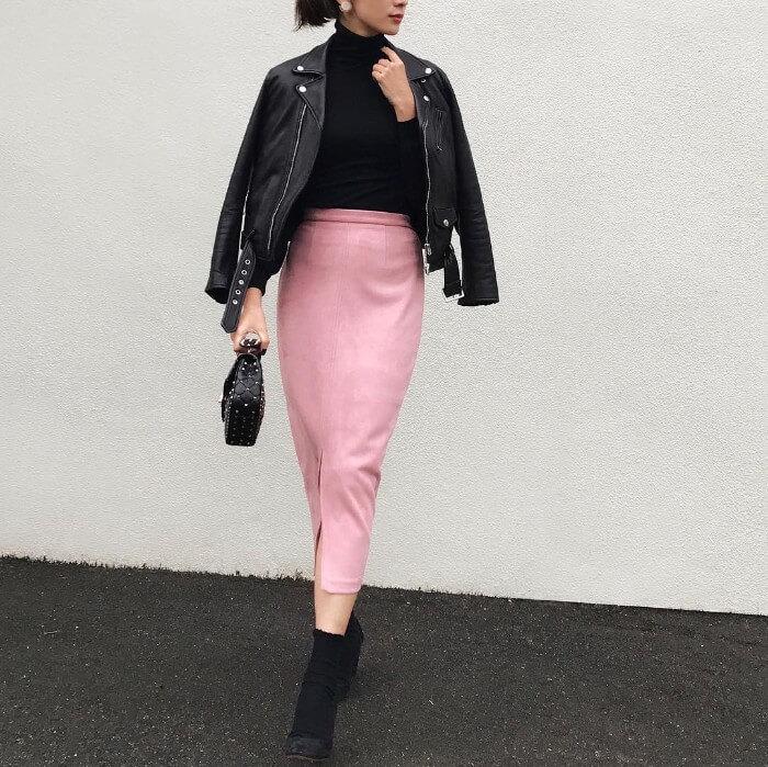 ピンク色のスリットロングスカートと黒のライダースのコーデ画像
