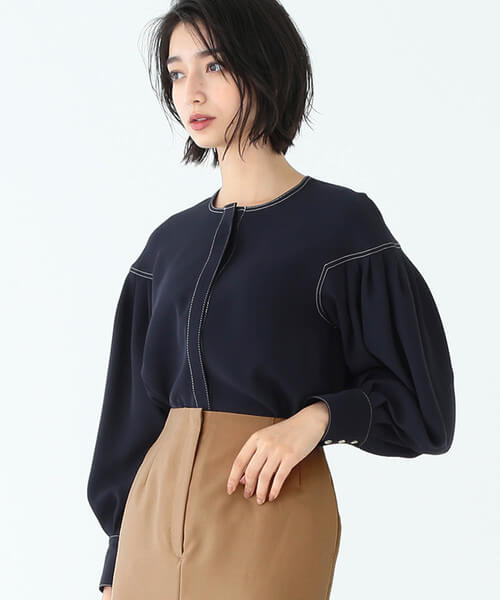 ネイビーノーカラーブラウス×ベージュタイトスカートのコーデ画像