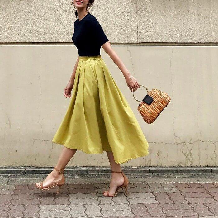 ライム色タックフレアスカート×クルーネックの黒Tシャツのコーデ画像