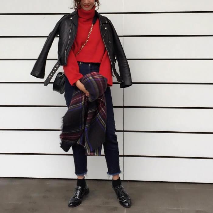 レザージャケット×赤ニット×デニムのコーデ画像
