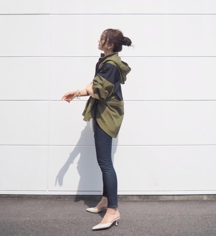 黒スキニーパンツ×カーキのナイロンジャケットのコーデ画像