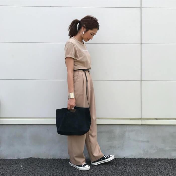 ベージュTシャツ×ワイドパンツのワントーンコーデのコーデ画像