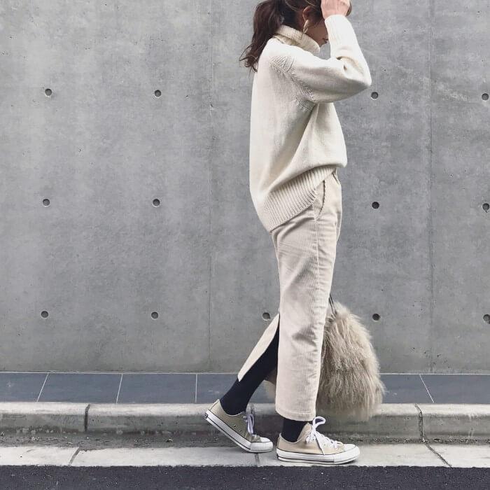 白ニット×白コーデュロイタイトスカートのカジュアルオールホワイトコーデ画像