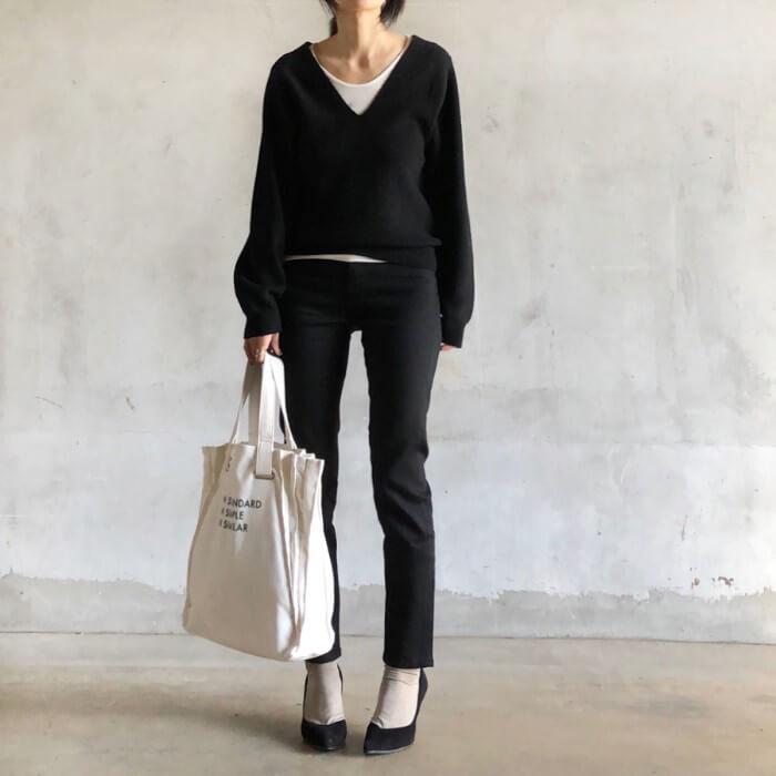 Vネック黒ニット×白UネックTシャツのコーデ画像