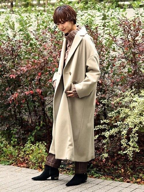 コートとチェック柄パンツのワントーンコーデ画像