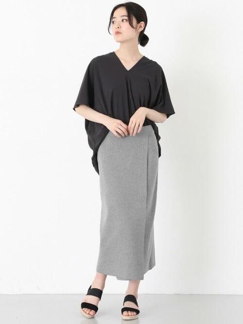 グレーロングタイトスカート×グレービッグプルオーバーのコーデ画像