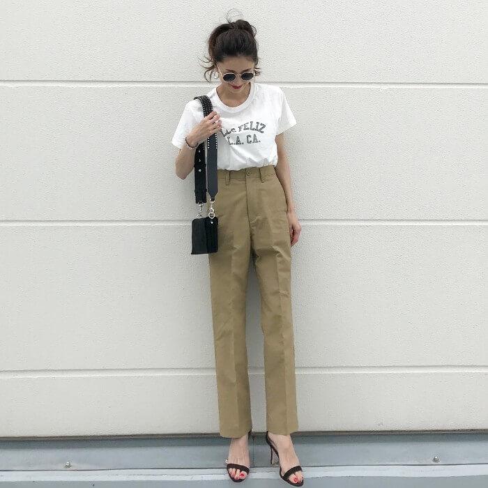ベージュストレートパンツ×白Tシャツのコーデ画像