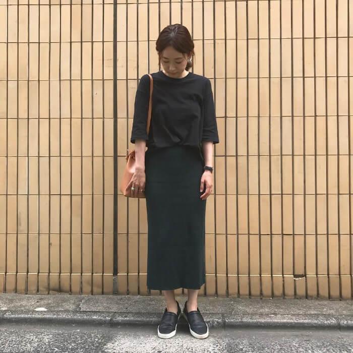 黒ロングTシャツのワントーンコーデのコーデ画像