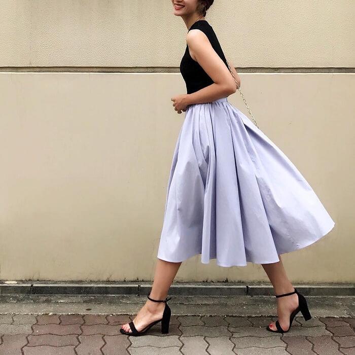 ペールブルーのタフタスカートのコーデ画像