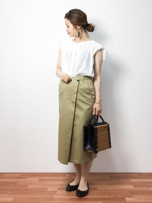 白ブラウス×ベージュタイトスカート×カゴバッグのコーデ画像