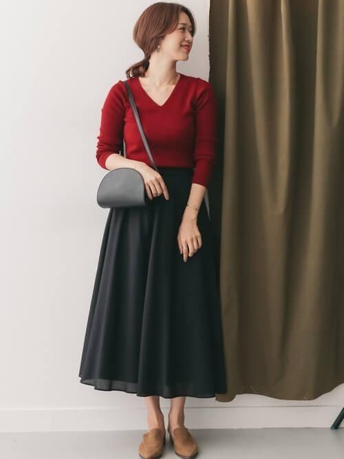 ボルドーリブニット×黒ロングスカートのコーデ画像