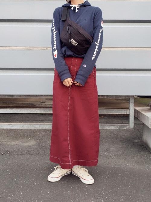 紺スウェット×赤タイトスカートのコーデ画像
