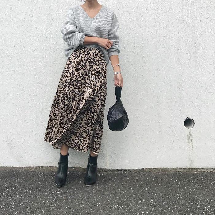 ライトグレーニット×レオパード柄スカートのコーデ画像