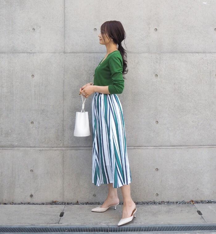 グリーンカーディガン×グリーン系ストライプ柄スカートのコーデ画像