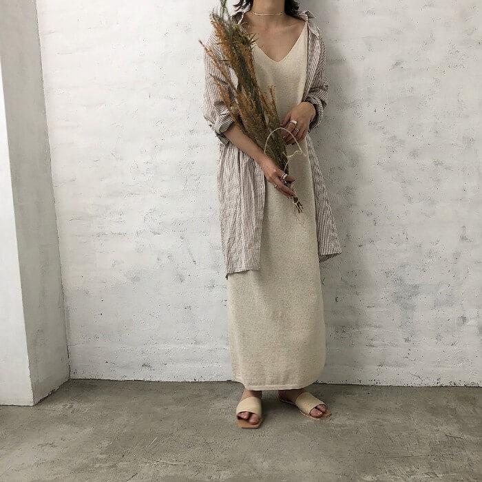 ベージュのキャミワンピ×ロングシャツのコーデ画像