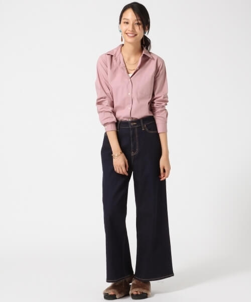 ピンクシャツ×黒ワイドデニムパンツのコーデ画像