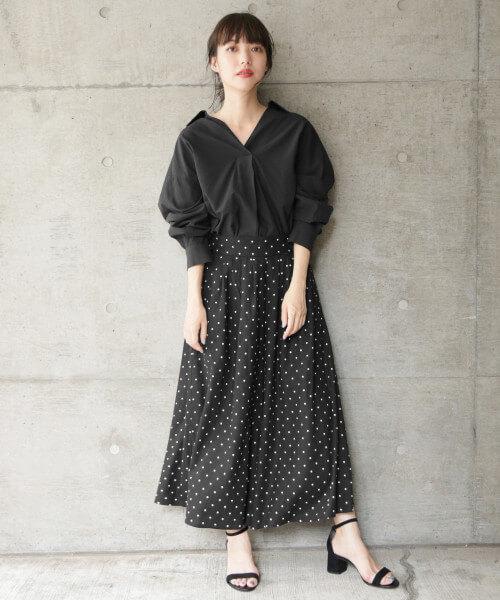 黒シャツ×黒ドット柄フレアスカート
