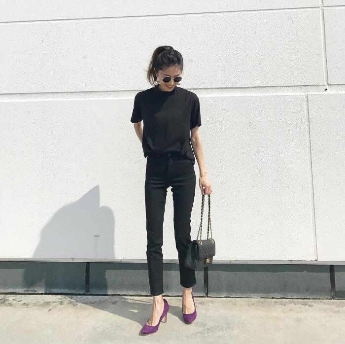 黒の無地tシャツと黒スキニーのコーデ画像
