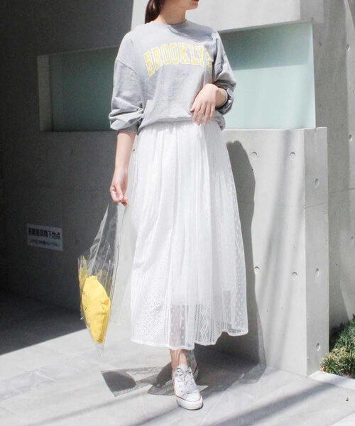 グレーロゴスウェット×白レースフレアスカートのコーデ画像