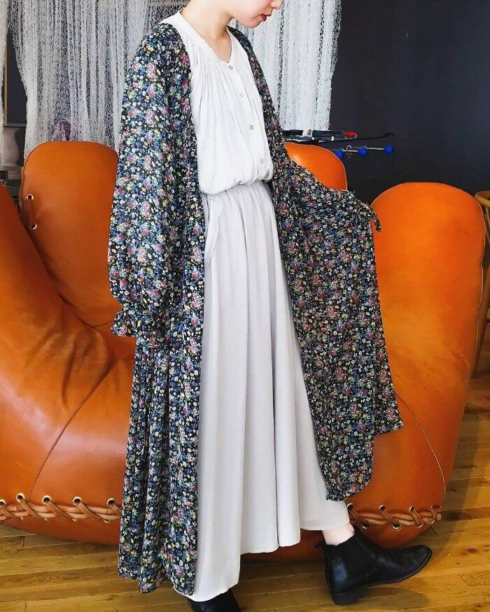 黒花柄ロング丈ガウン×グレーフレアスカートのコーデ画像