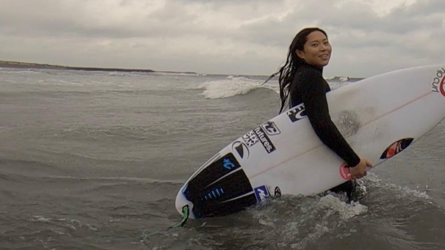 野呂玲花さんがサーフィンをしている写真