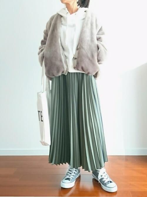 スカートとスニーカーをグリーンで合わせたコーデ画像