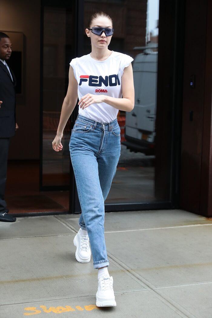 FENDIとFILAのコラボTシャツを着用したジジ・ハディッドの写真