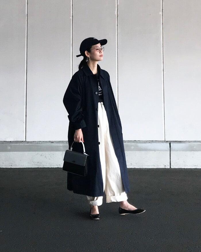 黒キャップ×ステンカラーコートの春夏コーデ画像
