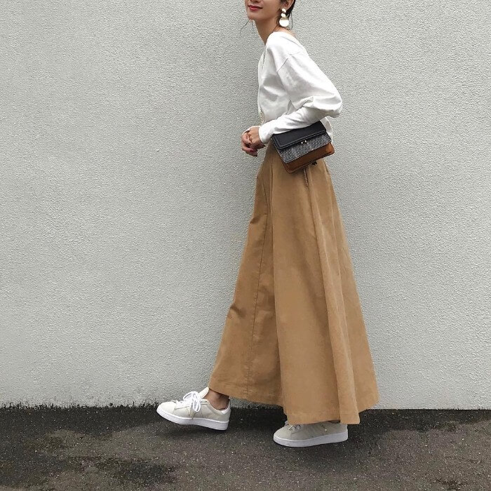 白ロングTシャツ×チノマキシスカートのコーデ画像