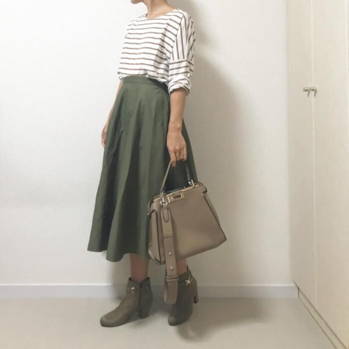 カーキ色フレアスカート×ベージュコーデ画像