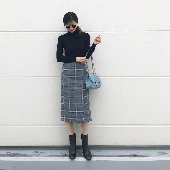 黒タートルニット×オーバーチェックタイトスカートのコーデ画像