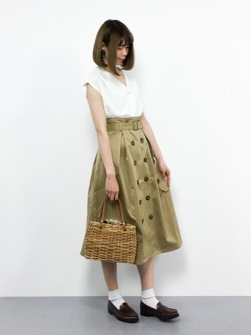 茶色コインローファー×白靴下×トレンチスカートの靴下コーデ画像