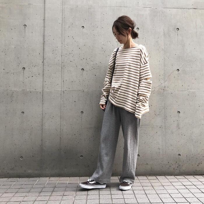 変形ボーダーロングTシャツ×リラックスパンツのコーデ画像