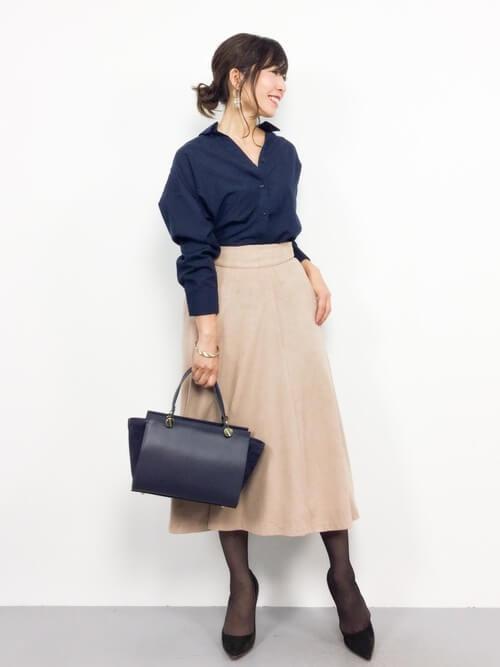 ネイビーシャツ×ベージュフレアスカート