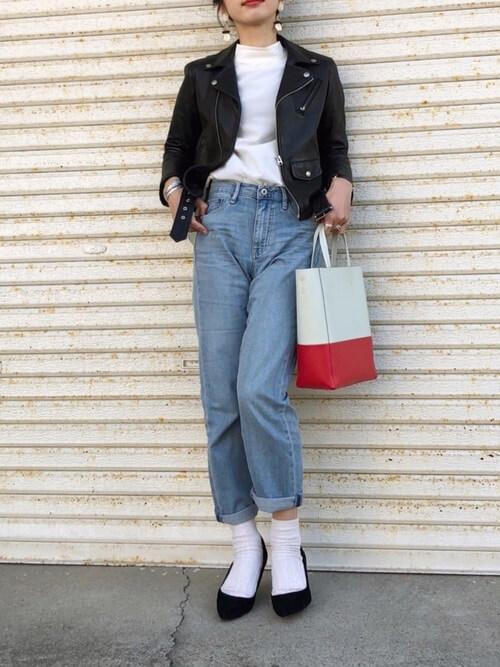 ボーイフレンドデニム×白靴下×黒バンプスのコーデ画像