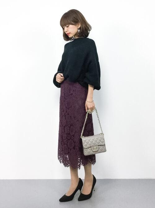 パープルレースタイトスカート×黒パンプスのコーデ画像
