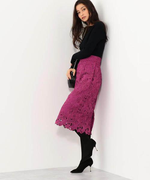 黒ニットと濃ピンクレーススカートのコーデ画像